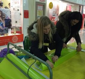 Cécile et Lesly à l'oeuvre dans la galerie marchande d'Auchan